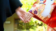 夫婦手を繋ぐ写真