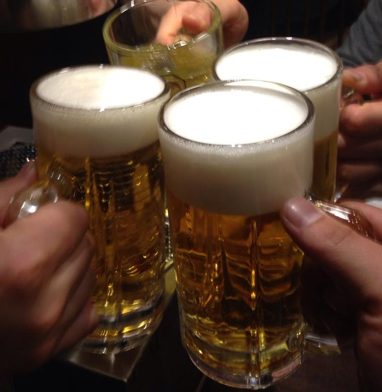 乾杯する社員